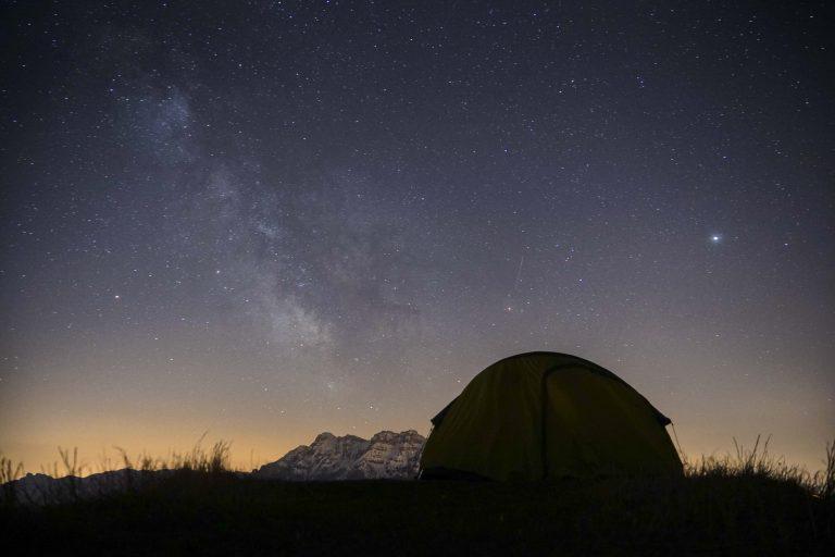 Fotografia notturna in montagna durante festival outdoor