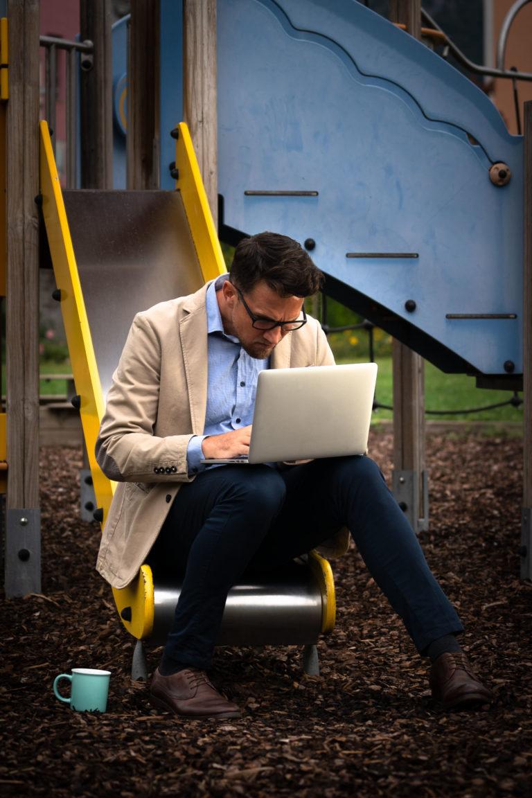 business man che lavora in un parco giochi