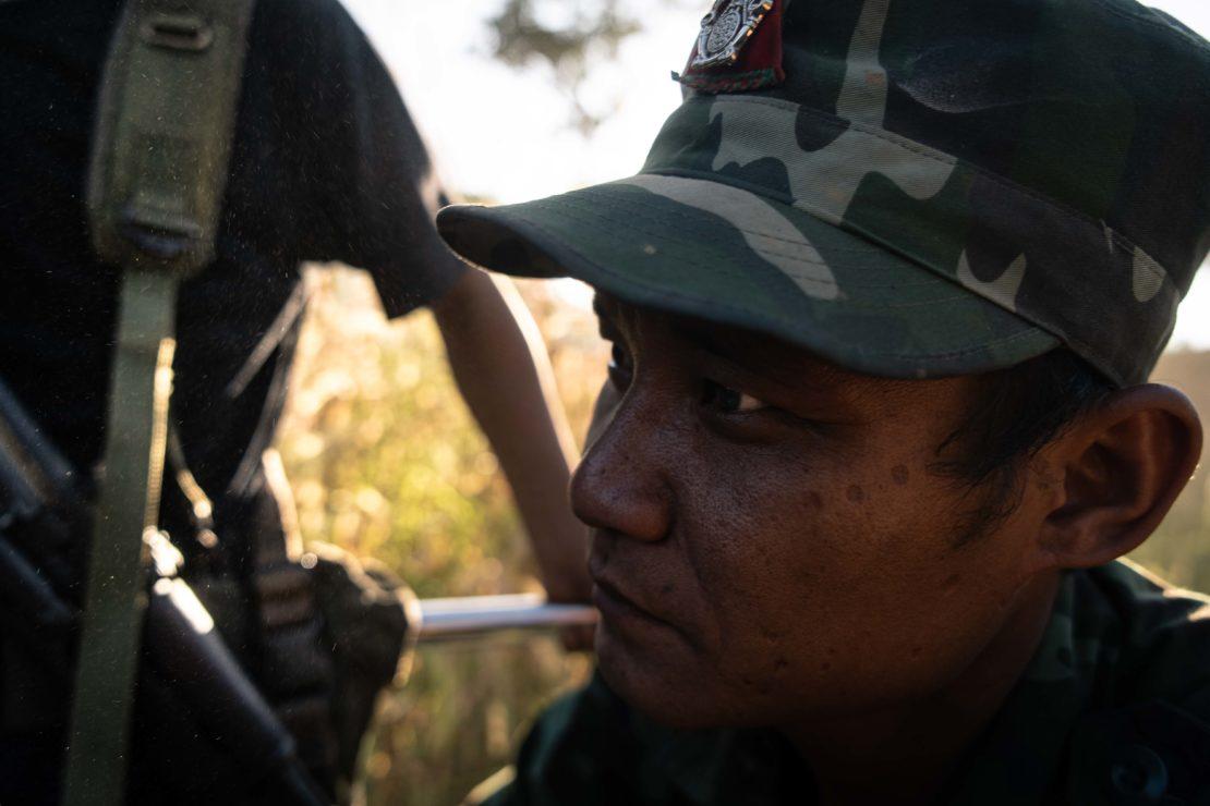 soldato karen durante spostamento in pick up